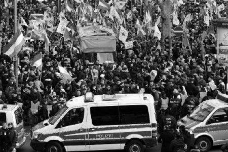 Köln'de PKK'lılar Teröristbaşı Öcalan Bayrakları Açtılar