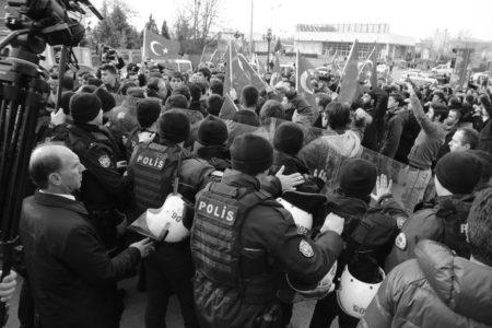 TILLERSON'U PROTESTO EDEN GRUBA POLİS BİBER GAZI İLE MÜDAHALE ETTİ