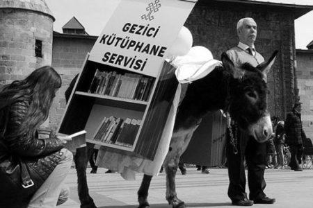 At Arabası ve Eşekten Gezici Kütüphane Yaptılar